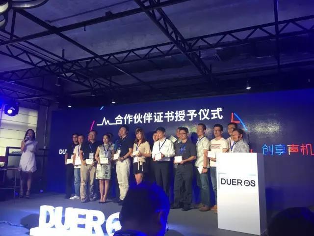 乐鑫CEO张瑞安上台领取合作伙伴证书