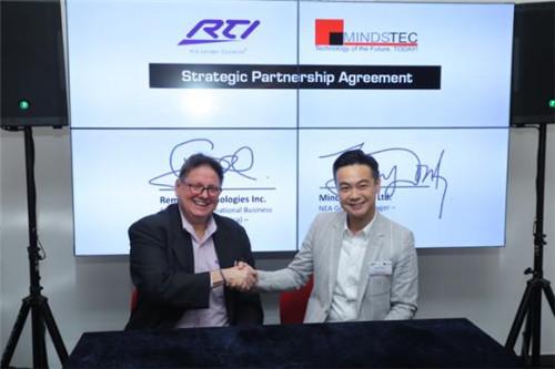 Greg和黄伟锠代表RTI和Mindstec签署了战略合作伙伴协议
