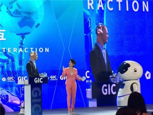 """在创新者大会上,Han和百度机器人""""小度""""同台"""