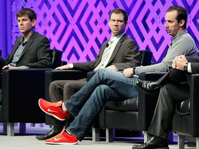 穿着耐克鞋的Anthony Levandowksi 参加关于自动驾驶汽车的讨论