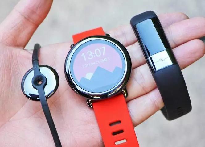 从左至右为:AMAZFIT 赤道、AMAZFIT 智能运动手表和 AMAZFIT 米动健康手环