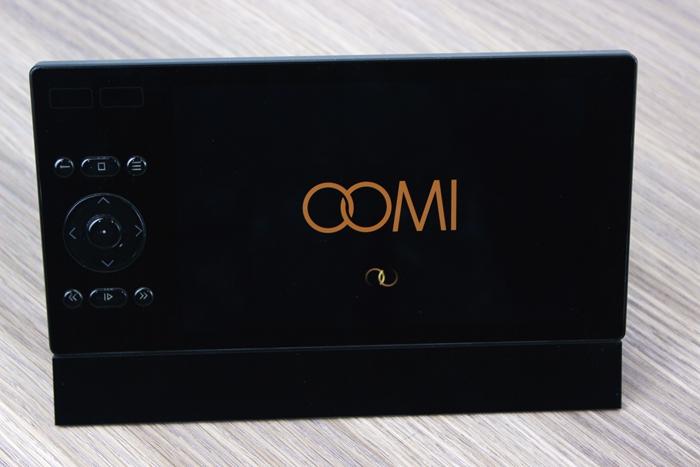Touch与充电底座磁性底座相连, 大概倾斜45度仰角,方便用户使用观察。