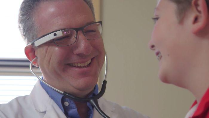 图|Augmedix 提供的方案是让医生配戴 Google Glass,所有的问诊情况会同步传送给远端的抄写员,该人员会逐字打成病例报告,减少医生的工作负担。(图片来源:Augmedix)