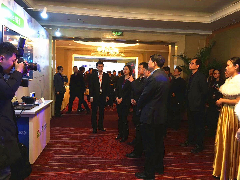 中移物联网有限公司总经理乔辉向参会领导介绍OneNET云平台