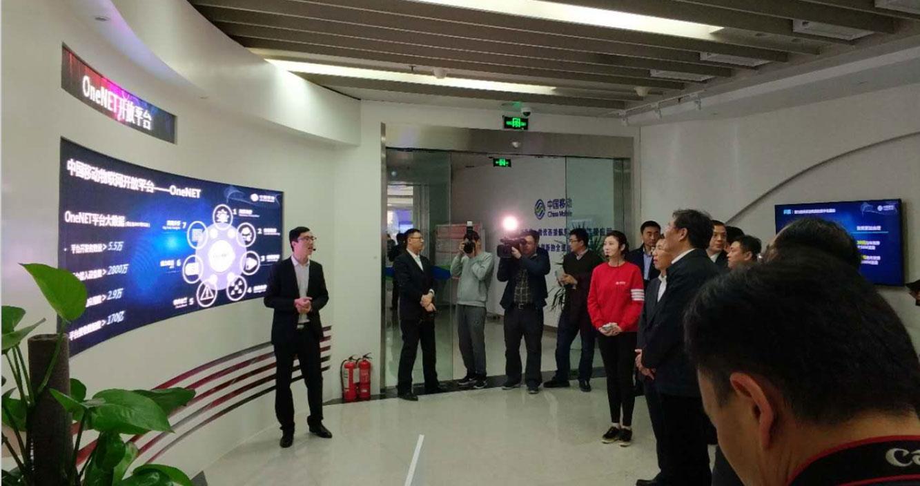 工作人员在为山东省委副书记王文涛介绍OneNET平台