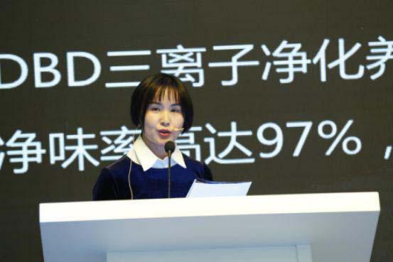 海信冰箱公司预研技术部部长王海燕讲解产品