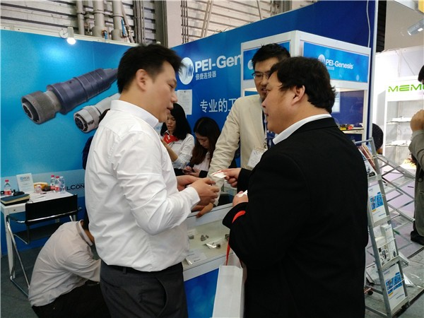 专业买家正与倍捷连接器销售人员了解洽谈