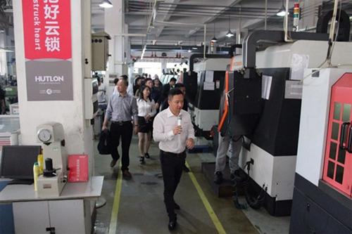 公司CEO徐振忠先生带领大家参观CNC高速加工中心车间