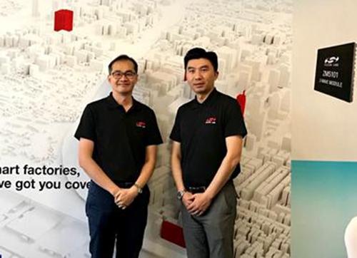 Silicon Labs中国区总经理周巍(右),Silicon Labs亚太区高级市场经理陈雄基(左)