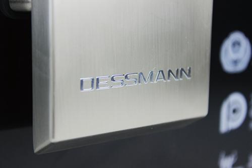 下滑盖底端的Logo