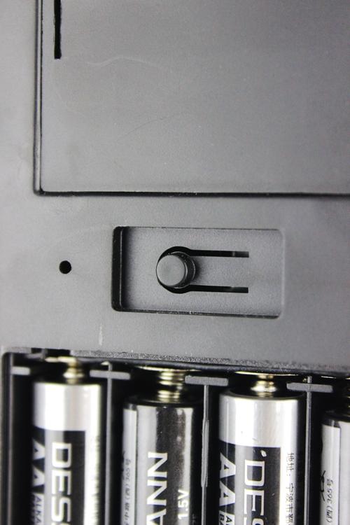 电池舱上方的本地蓝牙确认按钮