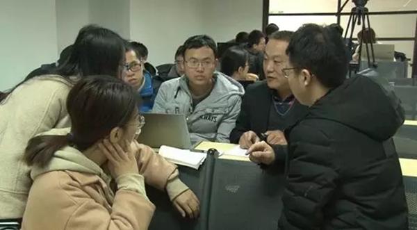 学生们听取软件需求方代表讲解产品诉求