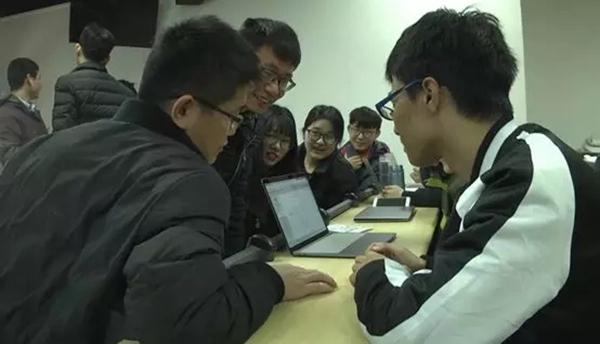 学生作品研发小组分析讨论华为云DevCloud上的项目运作情况