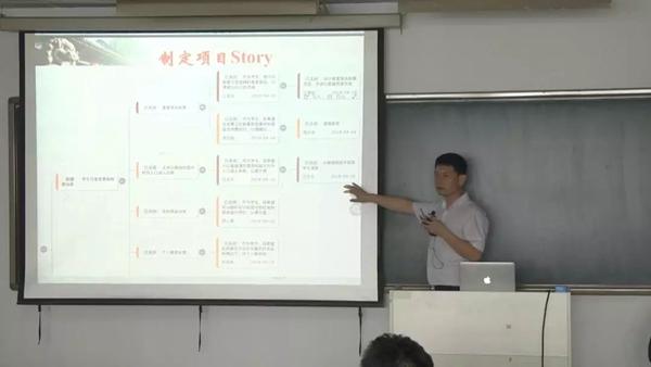 学生讲解在华为云DevCloud上开发的作品——食堂菜品投票系统
